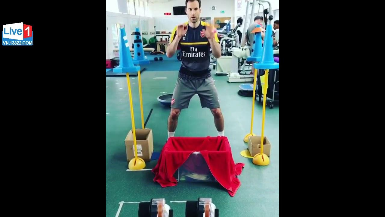Thủ môn Petr Cech Tập phản xạ với bóng bàn | Thể thao 360