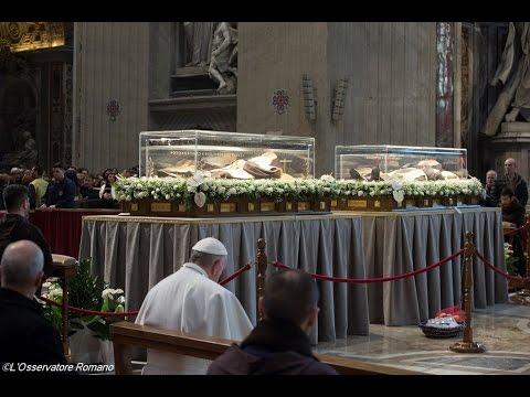 Papa reza junto às relíquias de São...