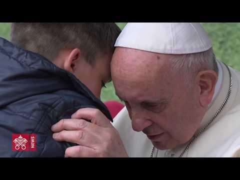 Il bambino commuove il Papa mostrando le proprie lacrime. Video integrale