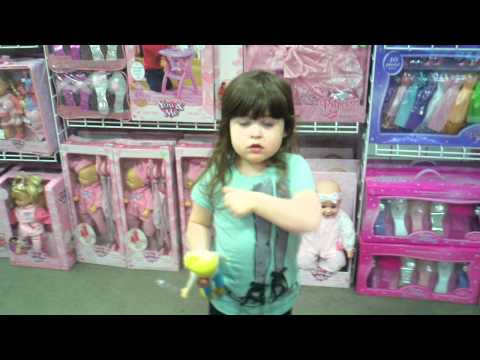 ילדה חמודה רוצה צעצועים של בנים