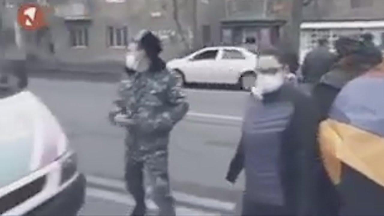 Տեսանյութ.«Քշի, վրեքներով անցի». ոստիկանը կոչ է անում բեռնատարի վարորդին՝ մեքենան քշել ցուցարարների վրա