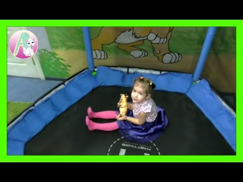 Детское видео Развлечения в батутном центре на детских горках в бассейне с Алисой