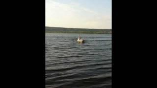 Моторная лодка Волжанка 51 выезжает на камни