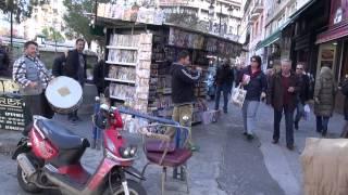Уличные музыканты в Афинах зажигают.(По улицам Афин, ходят веселые ребята с барабанами и дудками. Собирают деньги.... Видео Новости Русские Афины., 2013-12-31T10:53:48.000Z)