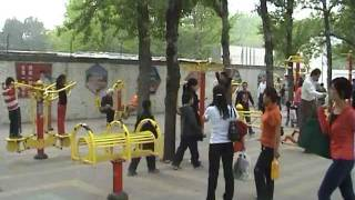 видео: Тренажеры на улицах Пекина.mpg