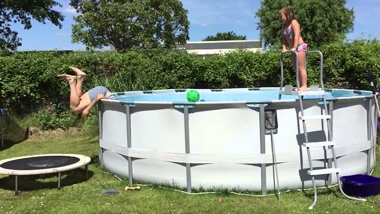 pool fail trampoline poolaction wenn der poolsprung schief geht d erfrischung im garten. Black Bedroom Furniture Sets. Home Design Ideas