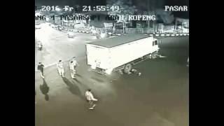 Rekaman CCTV Detik-Detik Kecelakaan Di Perempatan Pasar Sapi Salatiga 18 Nov 2016