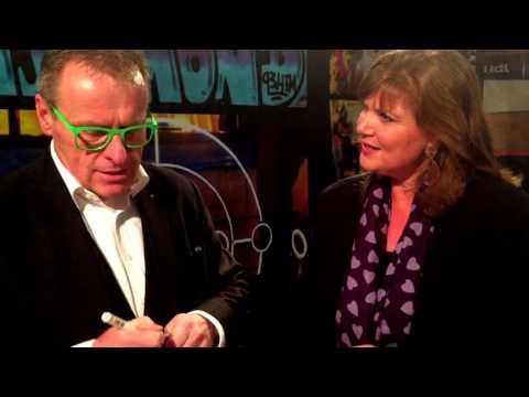Leo Smetsers drijft presentatrice van RTV Rijnmond 1 tot wanhoop met zijn goocheltrucs