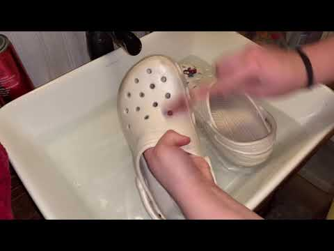 how to wash crocs