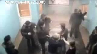 Скачать Old Man Knocks Out Four Robbers In Russian Underground HD