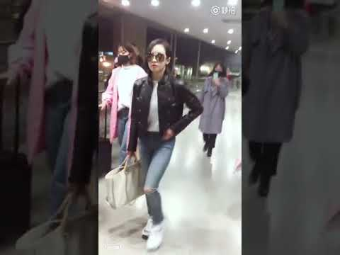 180318 Victoria trying to help fan who stumbled - Shanghai Airport