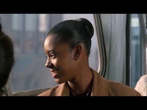 un garçon blanc tombe amoureux d'une fille noire dans le bus