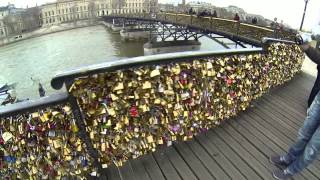 Замки на мосту искусств в Париже.