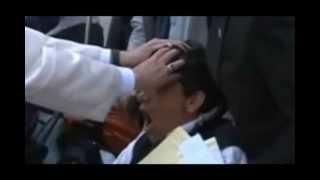 Repeat youtube video Por primera vez el Papa Francisco realiza un exorcismo en público