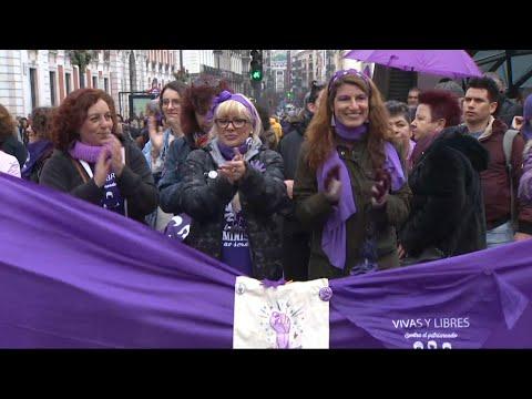 Cerca de 7.000 mujeres protagonizan una cadena feminista en Madrid