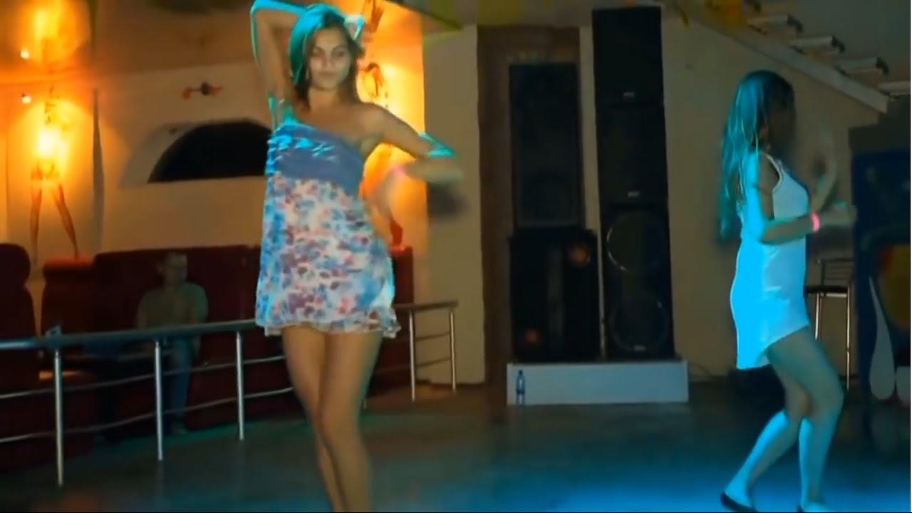 zhenu-melkogrudaya-studentochka-tantsuet-kakaya