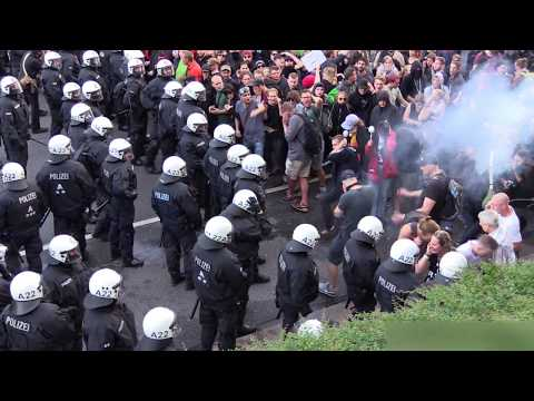 Thirsty riot cop drinks from water cannon - 2017 - [Hamburg G20]