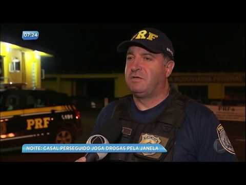 Casal joga droga pela janela do carro durante perseguição policial