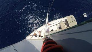 на яхте под парусами