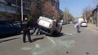 В центре Саратова при столкновении с маршруткой перевернулось такси