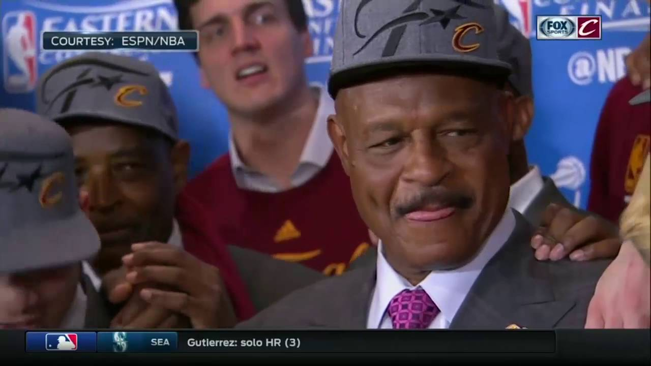 Austin Carr presents the Cleveland Cavaliers with the Eastern