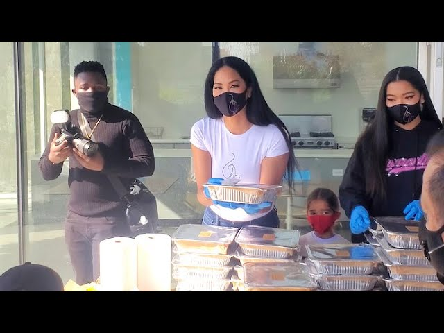 Kimora Lee Simmons And Her Children Serve Thanksgiving Meals On Skid Row