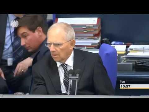 Bundestag : Mann bricht überraschend zusammen und fällt zu Boden