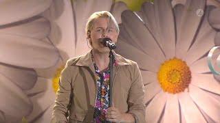 """Emil Assergård höjer stämningen med låten """"Leva livet"""" - Lotta på Liseberg (TV4)"""