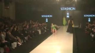 Model Falls Down During Qi Gang Spring/Summer 2015 Fashion Show