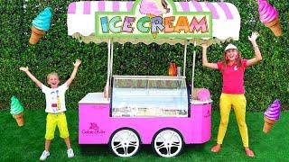 Niki và Mẹ giả vờ chơi bán kem