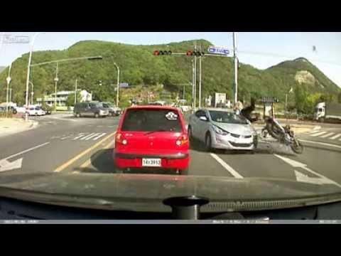มอเตอร์ไซค์จอดติดไฟแดง โดนรถพุ่งมาชน (ภาพกล้องวงจรปิดติดรถยนต์)