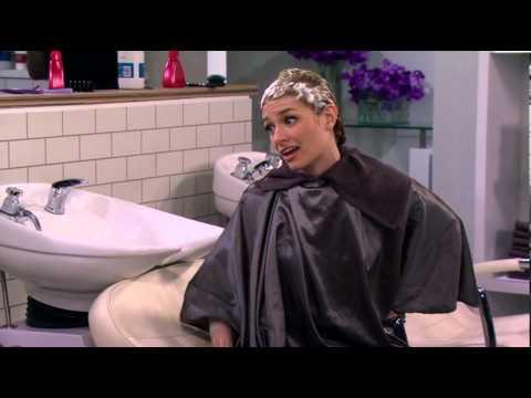 2 Broke Girls Max and Caroline at hairdresser
