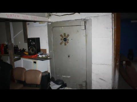 Мужчины обнаружили этот гигантский сейф в бывшем доме бандитов и решили взломать  его
