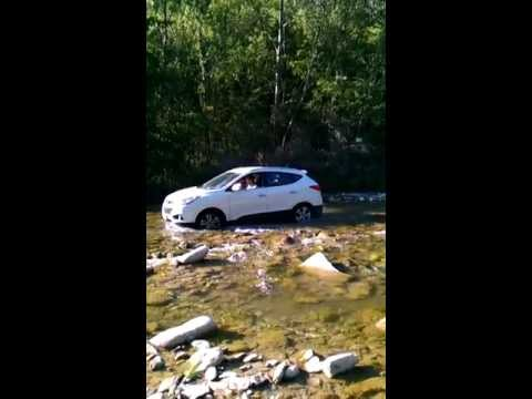 Hyundai IX35 off road al guado sul fiume crossing the river