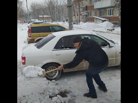 Инвалид чистит дорогу в своем дворе   E1.RU