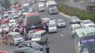 中国の交通事情  6車線もあるのに・・(Chinese traffic circumstances.Bus backtracking.)