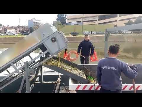 Probaron la máquina flotante que limpiará el arroyo Ludueña