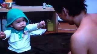 赤ちゃん!お菓子をとられて床を叩いて怒る!!FUNNY KIDS VIDEOS thumbnail