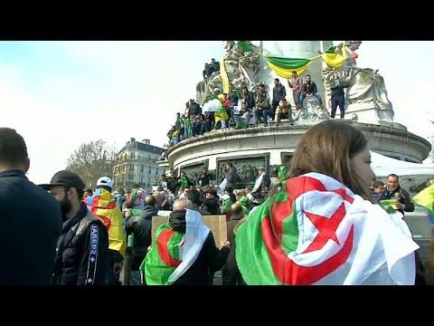 الجزائريون يتظاهرون مجددا في باريس احتجاجا على تمديد ولاية بوتفليقة…  - 20:53-2019 / 3 / 17