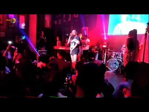 Simi calls out Adekunle Gold. Kneels for him while they perform.