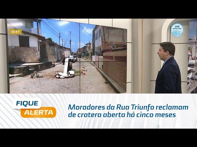 Moradores da Rua Triunfo reclamam de cratera aberta há cinco meses