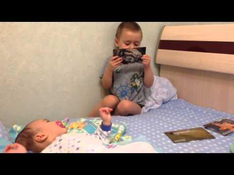 Сашенька в свои 2г,11 месяцев учит братика  Вовочку 3,5м