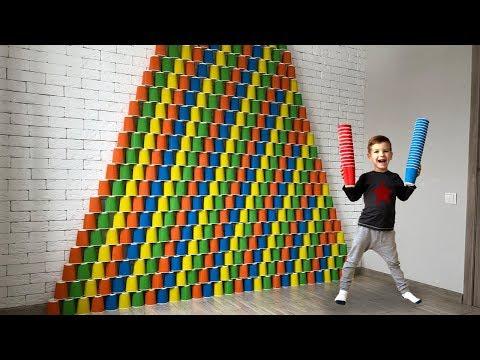 Гигантская пирамида из цветных стаканчиков. Видео для детей.
