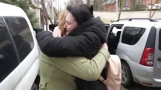 Счастливые мамы и их малыши уезжают из приюта Теплый дом
