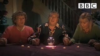 Repeat youtube video Mrs Brown's Psychic Experience - Mrs Brown's Boys - Series 3 Episode 3 - BBC One
