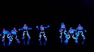 Танцуют в светящихся костюмах. Dancing in luminous costumes. 跳舞的夜光衣服了