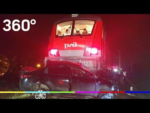Пассажирский поезд протаранил легковушку на переезде в Подмосковье