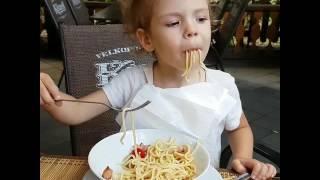 Девочка ест макароны. Урок: как правильно кушать спагетти 😂