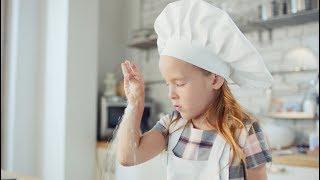 Милая девочка печет торт