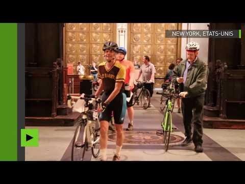 Bénédiction de vélos avec de l'eau bénite dans une cathédrale américaine